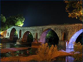 Die historische Brücke von Arta über den Arachthos bei Nacht